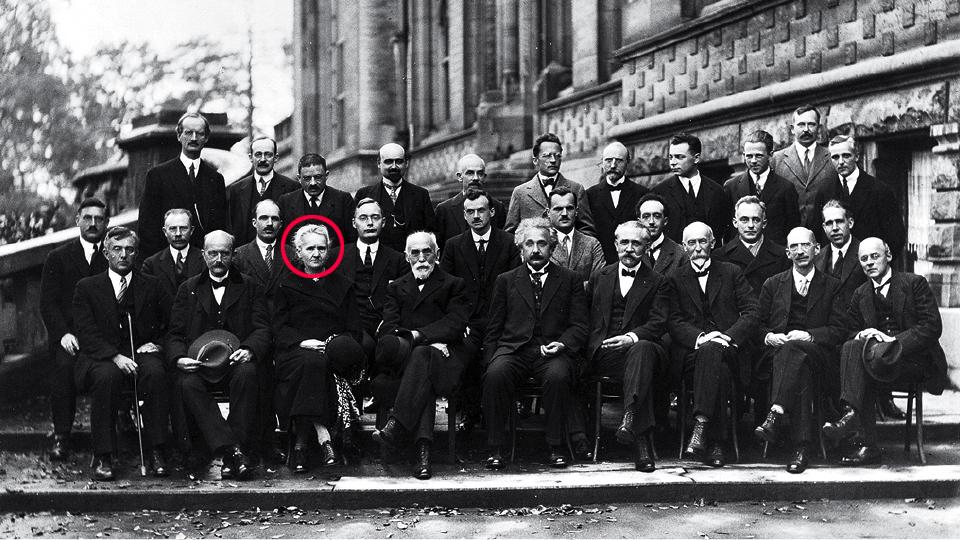 1927 - Na época em que as teorias da relatividade e da mecânica quântica marcaram o território da física moderna, a cientista Marie Curie aparece solitária na foto tirada durante a Conferência de Solvay. Ela foi a primeira mulher a receber o prêmio Nobel por suas pesquisas envolvendo radioatividade