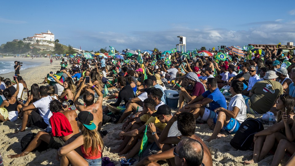 O público de Saquarema transformou a areia na antiga Geral do Maracanã