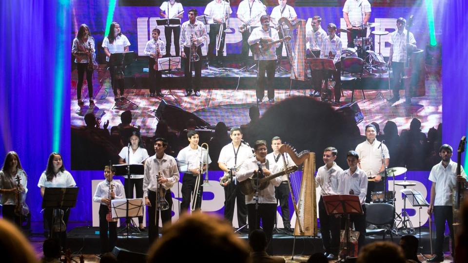 O maestro Favio Chávez, acompanhado pela Orquestra de Reciclados de Cateura