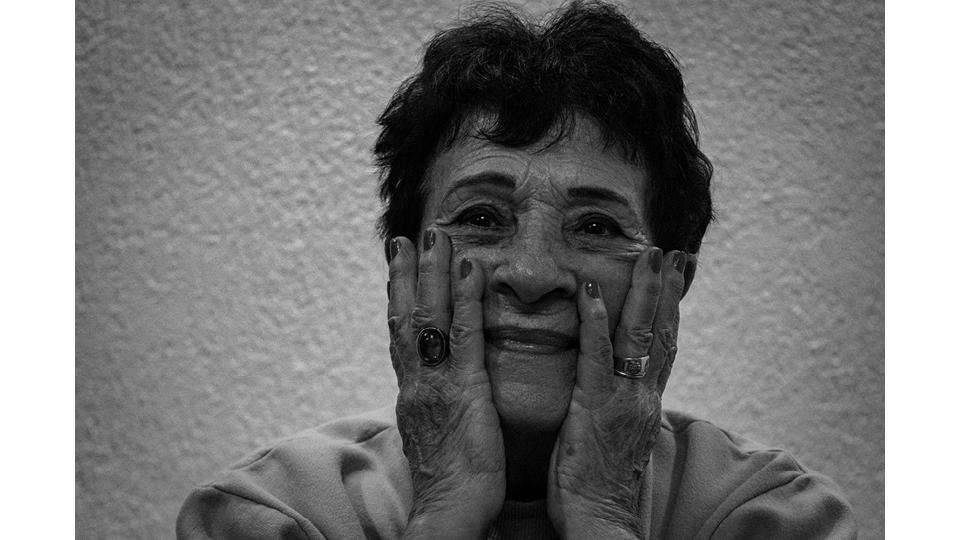 """""""Ser velha chata, caquética, rezando terço toda hora, batendo no peito... não consigo ser assim. Não sei se sou errada, mas gosto de como sou"""", diz Thereza (84)"""