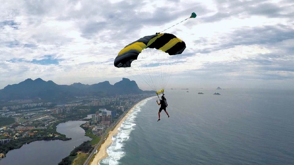 Sifú saltando de paraquedas na Barra da Tijuca (RJ)
