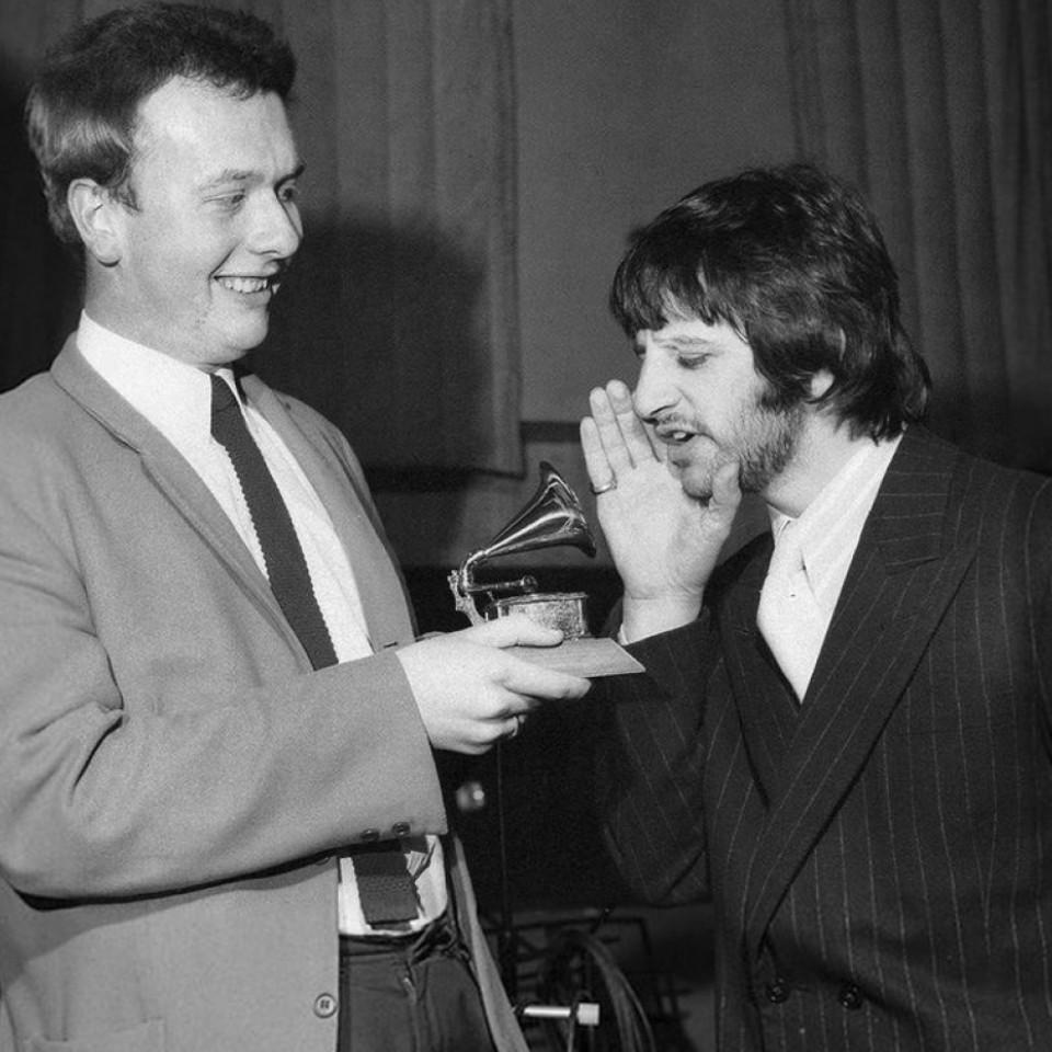 O baterista Ringo Starr brinca com o engenheiro de som Geoff Emerick, que havia vencido o Grammy pelo trabalho no disco Sgt. Peppers