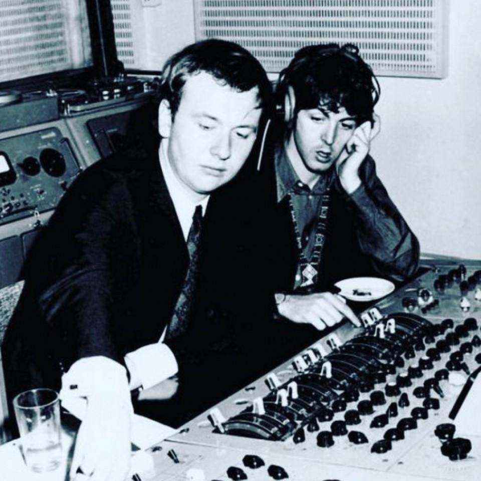 Geoff na mesa de som com Paul McCartney, o integrante dos Beatles com quem ele tinha a melhor relação