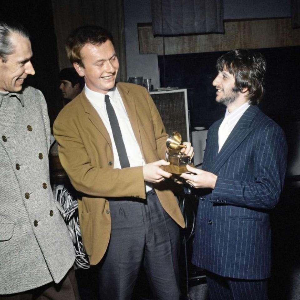 Geoff e Ringo em momento descontraído celebrando o prêmio recebido pelo engenheiro de som