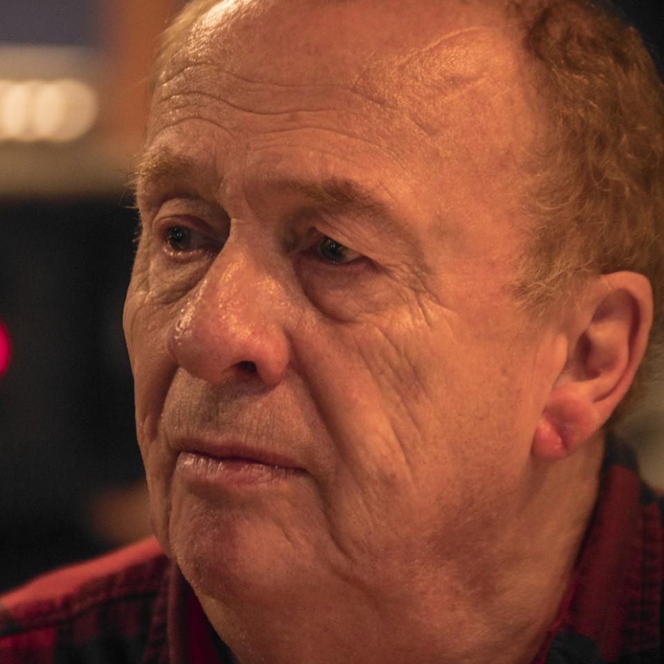O clássico engenheiro de som do Abbey Road Studios, Geoff Emerick, em registro recente