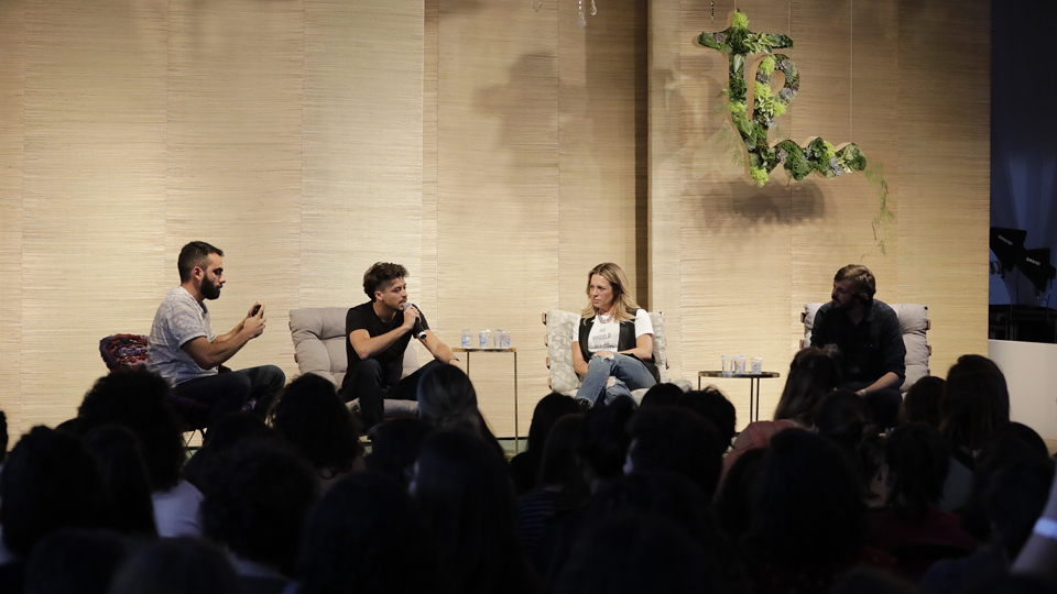 Felipe Gil mediou a conversa entre Jesuíta Barbosa, Gabriela Manssur e Guilherme Nascimento
