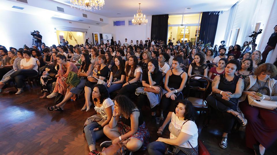 A atriz Maeve Jinkings, a terapeuta tântrica Letícia Bhakti e a obstetriz Ana Cristina Duarte conversaram com Milly Lacombe sobre o que o corpo revela sobre o feminino