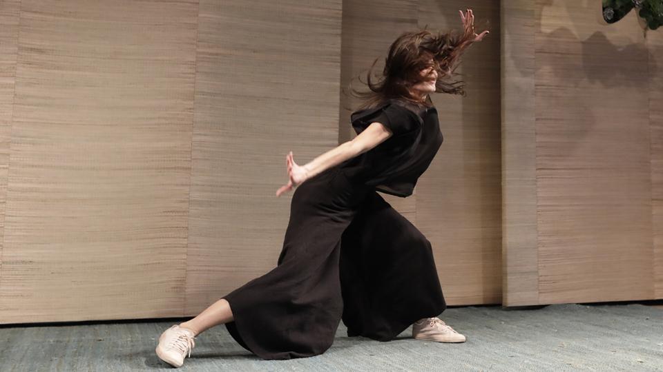 A bailarina Camila Ribeiro conversou com a plateia sobre trabalho e envelhecimento e terminou deixando seu corpo falar em uma coreografia solo