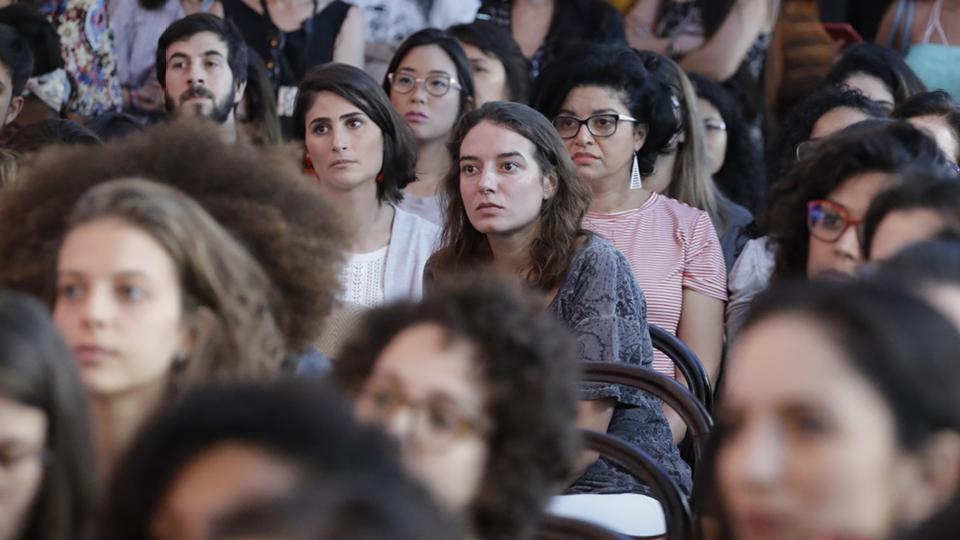 Daniela Borogocin, diretora de estratégia de marca do Twitter Brasil, Bu D'Angelo, fundadora do projeto InfoPreta, e Letícia Pozza, cientista de dados, conversam sob a mediação da jornalista Maria Prata sobre a presença feminina no universo tecnológico