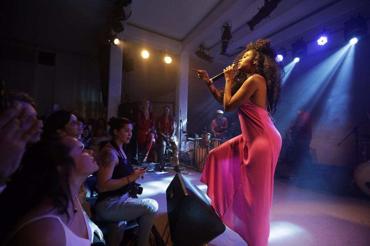 Xênia França no palco da Casa Tpm
