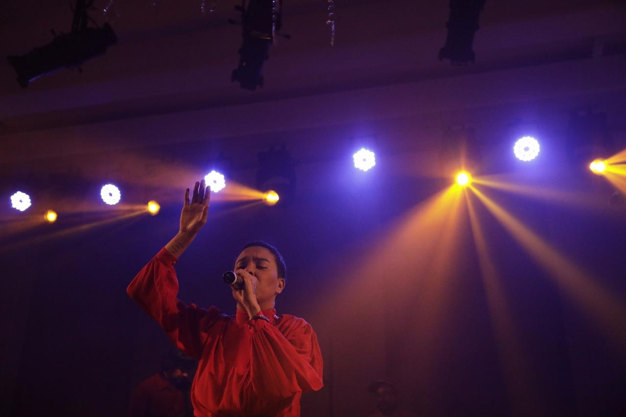 Maria Gadú no palco da Casa Tpm