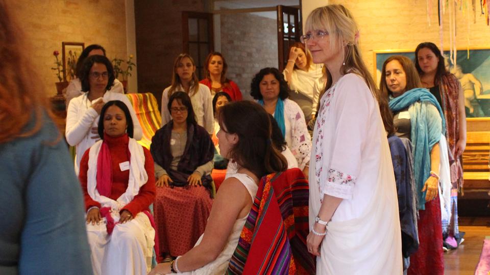 A terapeuta britânica, Miranda Gray (à direita), veio ao Brasil em maio de 2018 para formar Moon Mothers