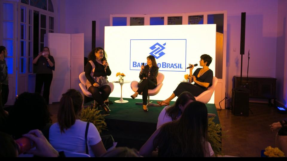 Renata Simões conversa com Márcia Winck, gerente-geral do Banco do Brasil e Flávia Durante, jornalista e fundadora do Pop Plus