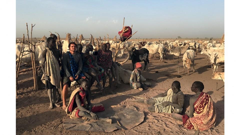Bruno Feder entre membros da etnia Mundari, na cidade de Terekeka, no Sudão do Sul, em março de 2017