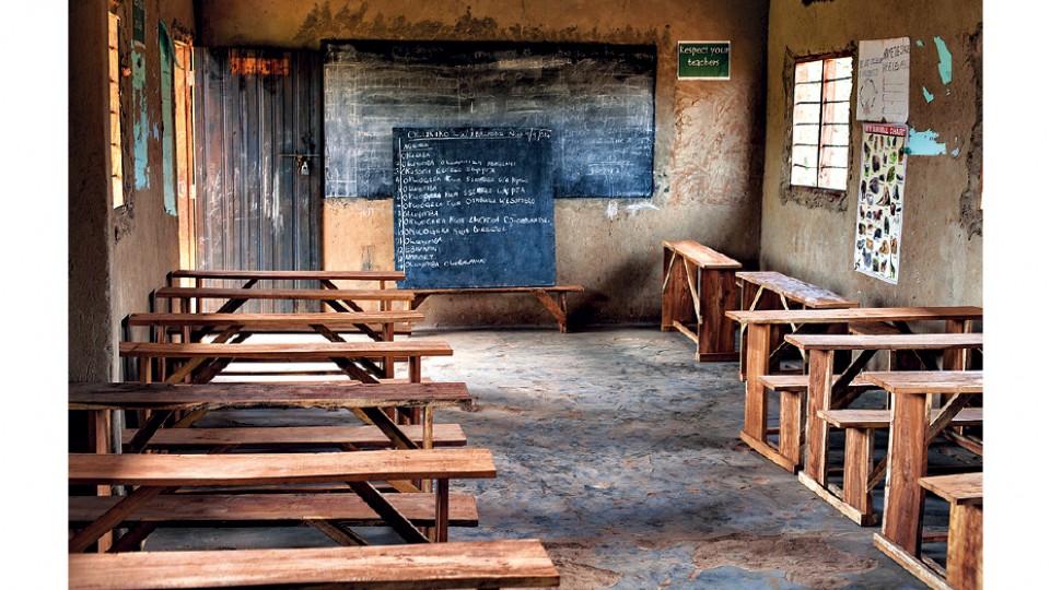 O mobiliário da Beso School, em Kayunga, Uganda, foi feito com madeira obtida com a venda de fotos de Bruno