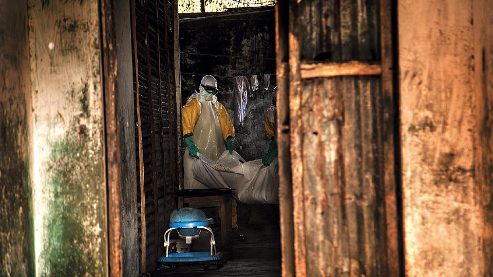 Equipe da MSF recolhe o corpo de um bebê em Monróvia, na Libéria
