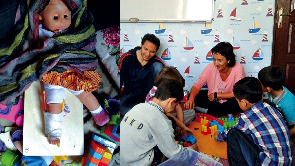 Trabalho de preparação para cirurgia de uma criança síria de 3 anos que teve 90% do corpo queimado, em 2014 (à esq.); Trabalho com crianças sírias
