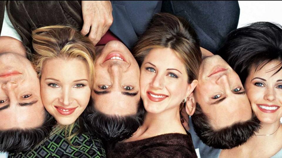 """""""Não tem como cobrar que Friends tivesse a percepção social que New Girl tinha, por exemplo. Ainda assim, podemos criticar, rever, debater. Isso só faz com que a gente se torne mais crítico e cobre materiais melhores dos produtores e roteiristas"""", reflete a autora sobre a série Friends (1994-2004)"""