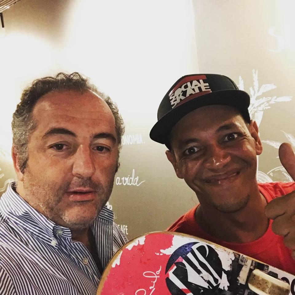 Ricardo com Sandro Testinha, criador da ONG Social Skate e homenageado pelo Trip Transformadores de 2013