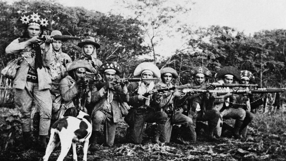 Bando de Corisco (espingardas em mão) -  Bando de Corisco com Dadá, Maria Jovina e a cachorra Jardineira.
