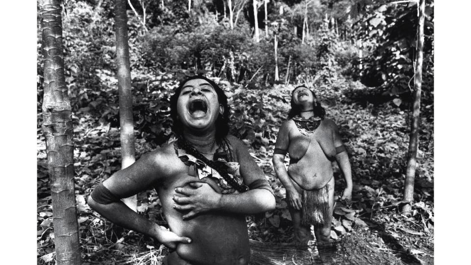 Duas mulheres da etnia Akuntsu, que em 2008, quando Araquém Alcântara clicou esta imagem, contava com apenas mais quatro representantes além delas