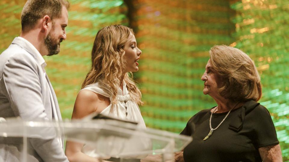 Rodrigo Santini, da Ben & Jerry's, e a atriz Laura Neiva entregam o prêmio a Lucinha Araujo