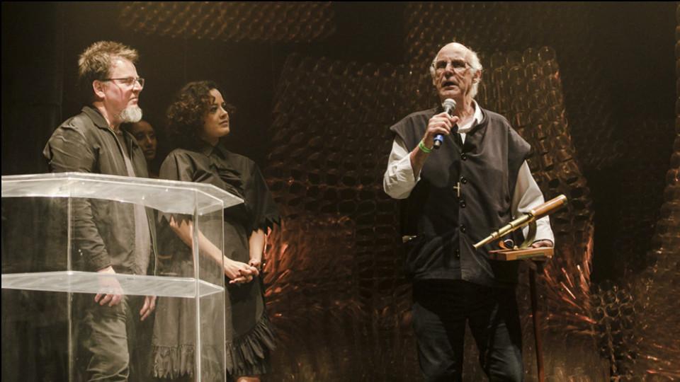 O artista multimídia Tadeu Jungle, a atriz Maeve Jinkings e o Padre Júlio Lancelloti, um dos homenageados da noite