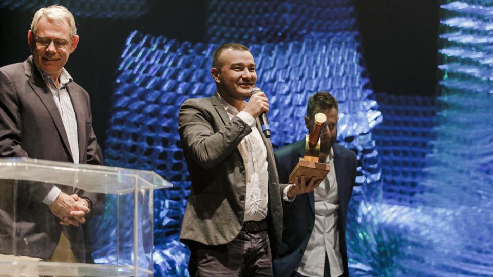Walter Schalka, da Suzano Papel e Celulose, o chef André Mifano entregaram o prêmio a Danilo Zamprônio