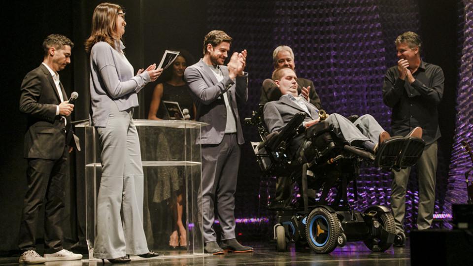 Ricky Ribeiro (na cadeira), ao lado do ator Marco Pigossi (à esq.)