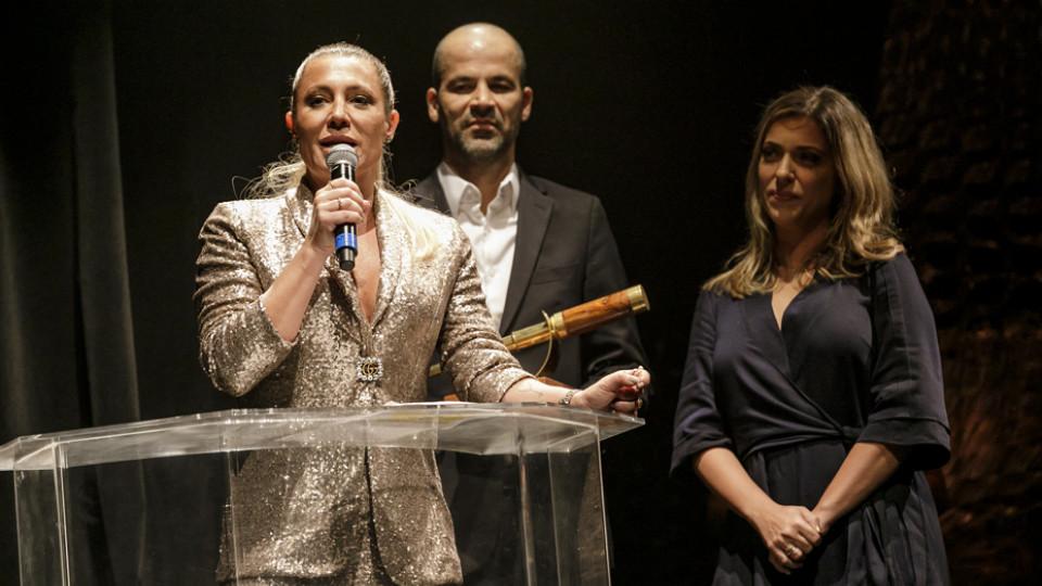 A promotora Gabriela Manssur, que recebeu o prêmio de Cícero Barreto, da Omint, e da atriz Júlia Rabello