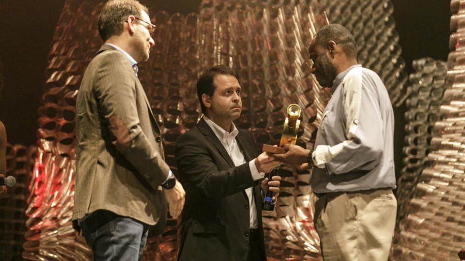 Frederico Saliba, da Shell Energy BR, e Rodrigo Figuiredo, da Ambev, e o homenageado Sebastião Oliveira