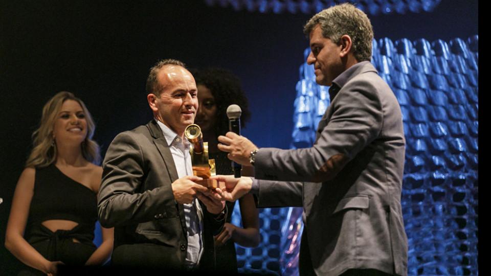 Valdeci Ferreira recebeu o prêmio de Carlos Netto, do Banco do Brasil
