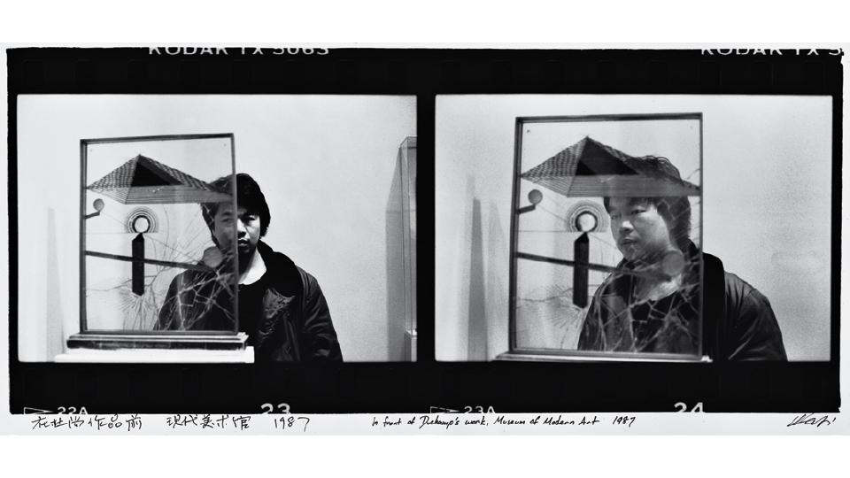 Em frente à obra de Marcel Duchamp, no Museu de Arte Moderna de Nova York, nos tempos que vagava sem rumo pelos Estados Unidos, da série Fotografias de Nova York, 1983-1993