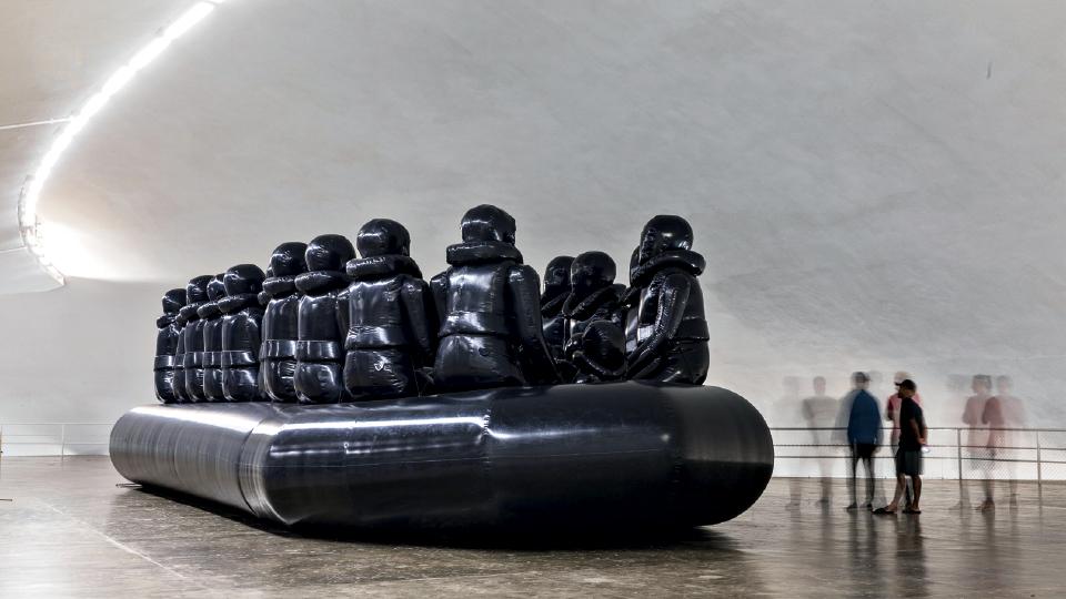 A instalação completa na Oca: um bote inflável de 16 metros com figuras humanas que encarnam o sofrimento dos refugiados