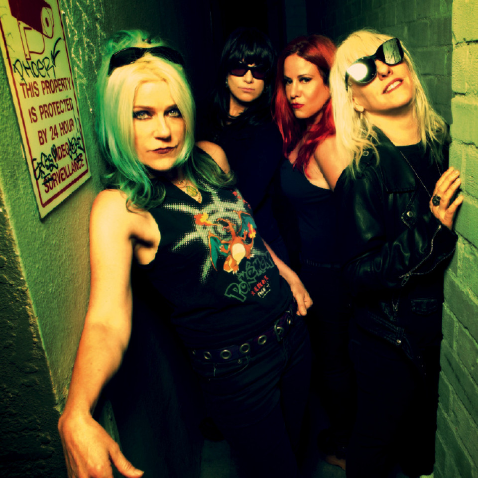 O L7: a guitarrista e vocalista Donita Sparks, a baterista Dee Plakas, a baixista Jennifer Finch e a guitarrista e vocalista Suzi Gardner