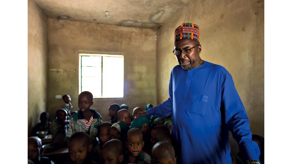 Zannah com estudantes de sua escola, a Future Prowess Islamic Foundation School, em Maiduguri, na Nigéria
