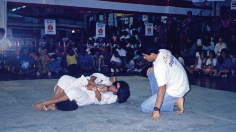 Yvone finalizando a oponente no primeiro torneio feminino de Jiu-Jítsu em 1985