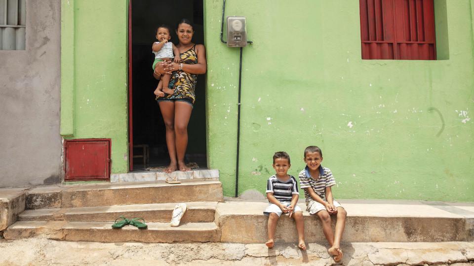 Jéssica Ferreira de Oliveira com os três filhos: Janaílson, 11 meses (no colo), Jadeílson, 3 anos, e Joílson, 7 anos
