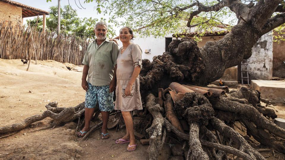 """Francisco, 58 anos, e Francisca, 57 anos: """"Melhorou muito para a gente aqui. Liga a torneira e sai água, a coisa mais importante da vida"""""""
