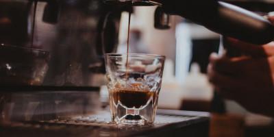 Vai um café?