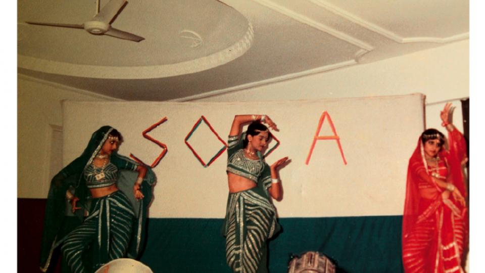 """Dançando entre duas amigas, também filhas de oficiais das Forças Armadas, em Mumbai (1984). """"Eu era uma dançarina, coreógrafa e produtora ativa nos eventos culturais da Marinha indiana""""."""