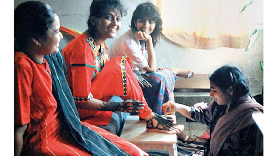 Nilima (ao centro), recebendo tintura de henna, entre sua prima e uma amiga, no dia do casamento com Vijay Bhat, em Mumbai (Índia), em 1988.