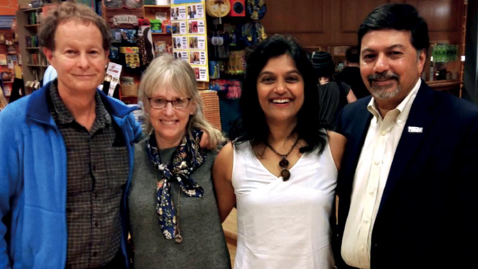 Entre John Mackey (um dos criadores da rede de mercados de produtos orgânicos Whole Foods), a escritora Saly Kempton e Raj. O indiano e John criaram o movimento Capitalismo Consciente, em 2009.