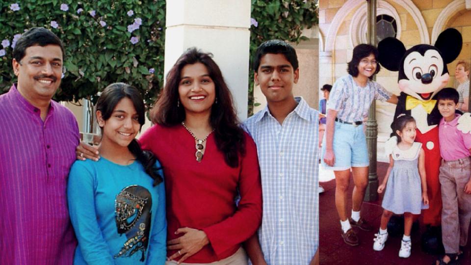 À esq., Nilima entre o marido Vijay e os filhos, Shambhavi e Shravan, em 2008. À dir., na Disneylândia, Califórnia, em 1997.