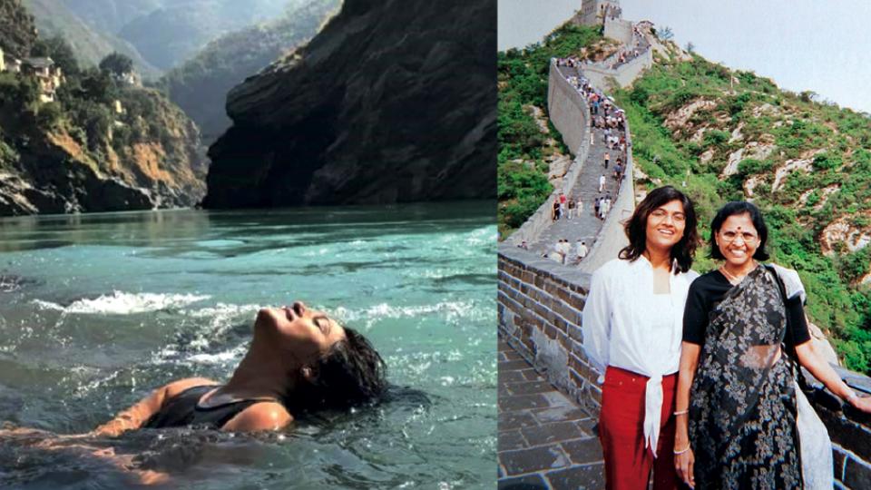 À esq., em um banho-ritual no rio Ganga, em Dev Prayag (Índia) , no Himalaia, em 2016. À dir., com sua mãe, na Muralha da China, em 2003.