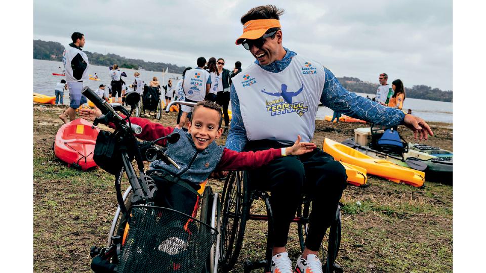 O paratleta ao lado de aluno de seu instituto, que ajuda crianças com dificuldades motoras (2016)