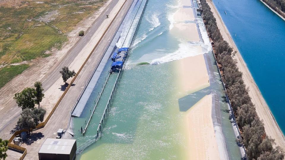 Vista aérea da piscina de ondas criada por Kelly Slater