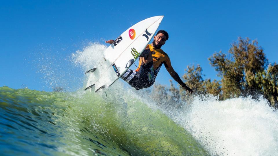 Filipe Toledo dá um aéreo nas ondas artificiais do Surf Ranch Pro, em Lemoore, na Califórnia