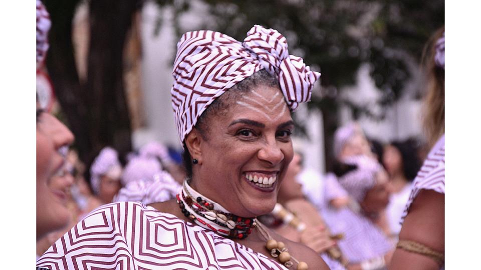 A autora de Conhecendo os Orixás: de Exú a Oxalá, Waldete Tristão, em apresentação do grupo Ilú Obá De Min, do qual faz parte