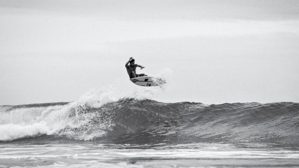 O brasileiro Dennis Tihara voando alto em um dos beach breaks mais famosos do Japão, em Kamogawa.